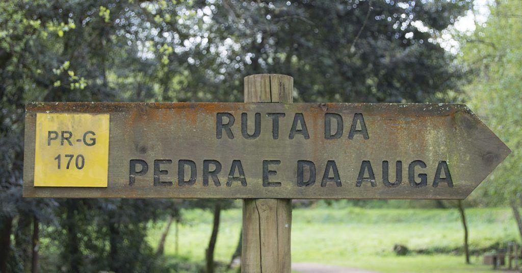 Carteles indicadores de madera por todo el recorrido de la ruta de la piedra y el agua