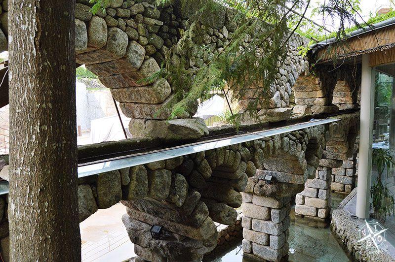 Arcos de piedra en la zona de celebraciones de la Quinta Lago dos cisnes