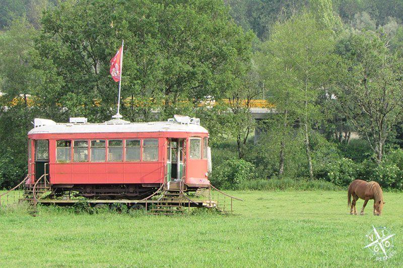 Lo primero que encuentras al llegar a la Quinta Lago dos cisnes es un vagon de tranvia