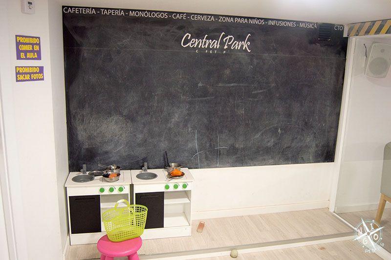 Pizarra y cocinita en la zona infantil de la cafetería