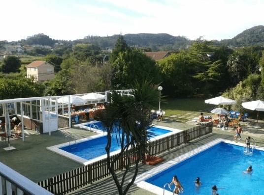 Piscinas al aire libre vigopeques for Alberca restaurante