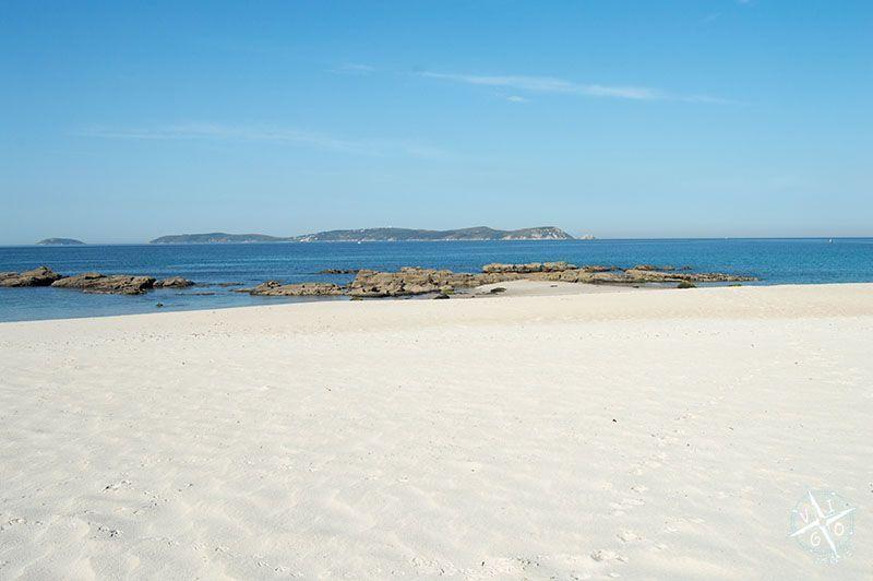Vistas de la Isla de Ons desde la playa de Pragueira en Sanxenxo
