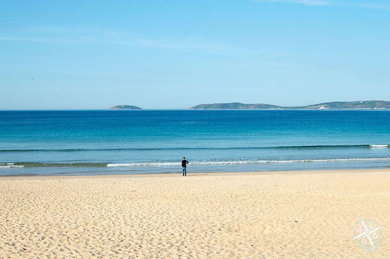 Vista de la Isla de Ons desde la Playa de Montalvo en Sanxexo