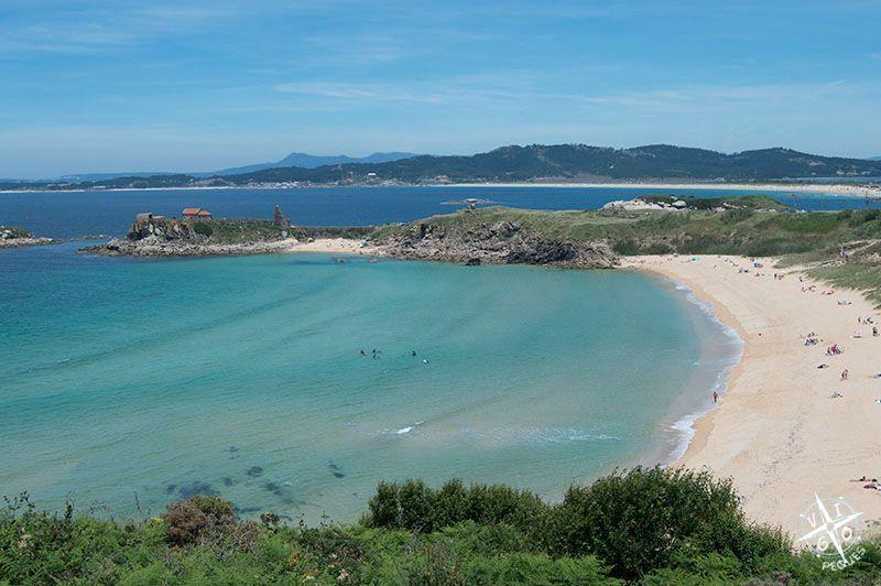 Playa de Foxos y al fondo Ermita de A Lanzada