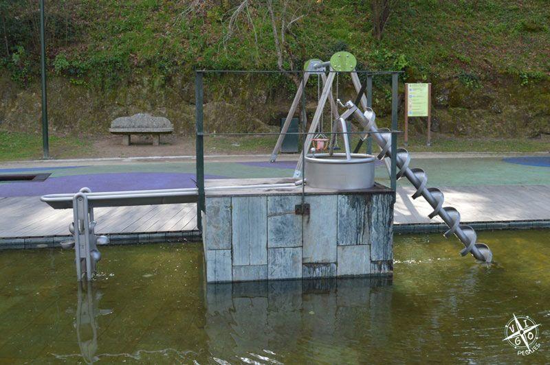 tornillo de Arquímedes y zona de juegos en el Parque de los sentidos en Marín - Granja de Briz