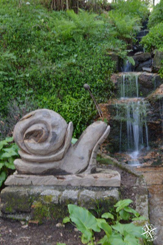 Caracol de madera al lado de una cascada en el Parque de los sentidos en Marín - Granja de Briz