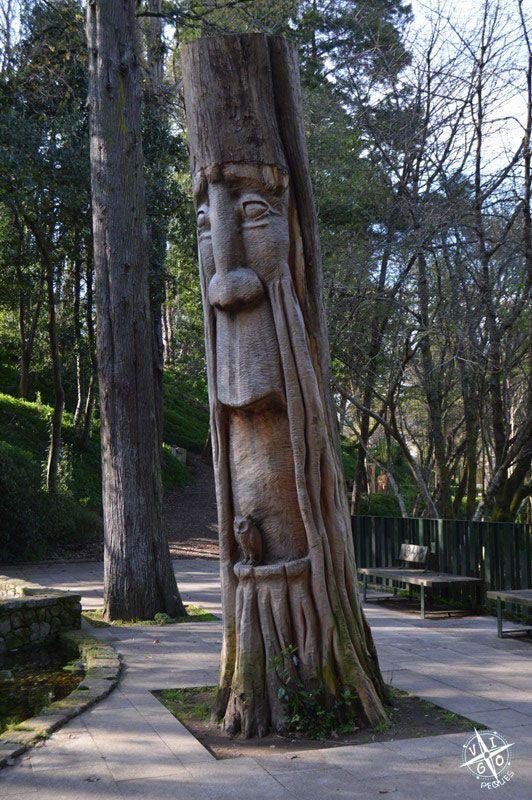 Esculturas de madera al lado del lago en el Parque de los sentidos en Marín - Granja de Briz