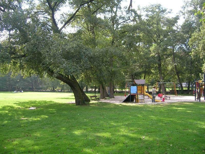 Parque infantil al lado del río en Allariz