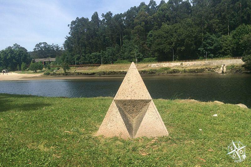 La Pirámide de Dan Grahan que dentro tiene tres pirámides invertidas en a illa das esculturas en Pontevedra
