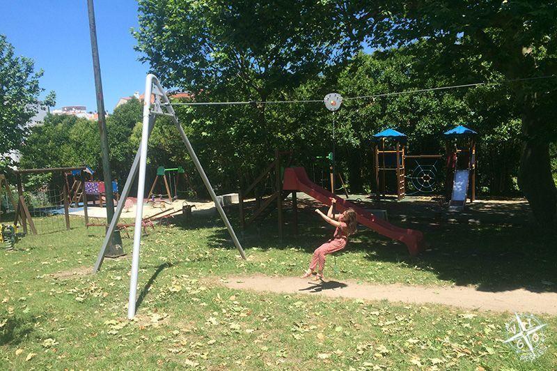 Parque infantil con tirolina en Catoira
