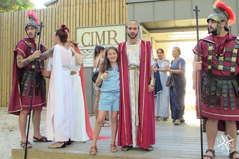 Foto con los actores en la Villa Romana Torallaen su Visita teatralizada