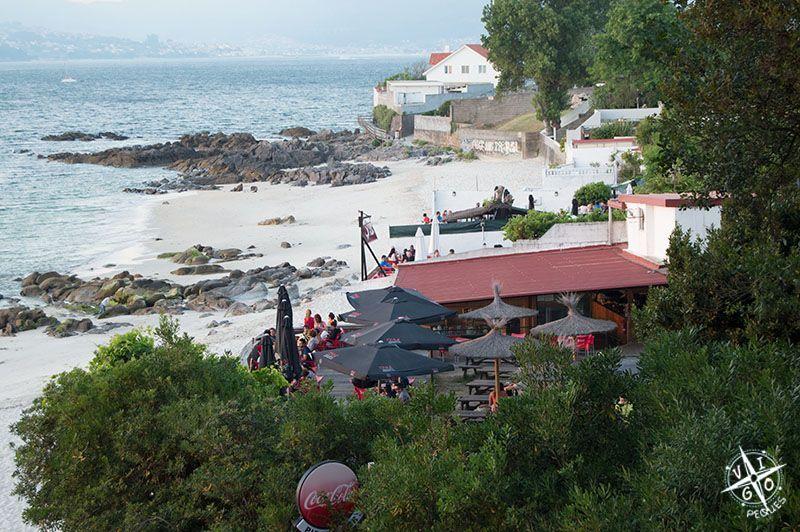 Playa de los Olmos, los niños se lo pasan genial en las rocas