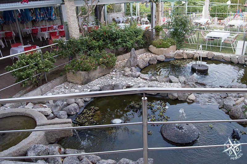 Fuente y terraza del restaurante Rosendo en Sanxenxo