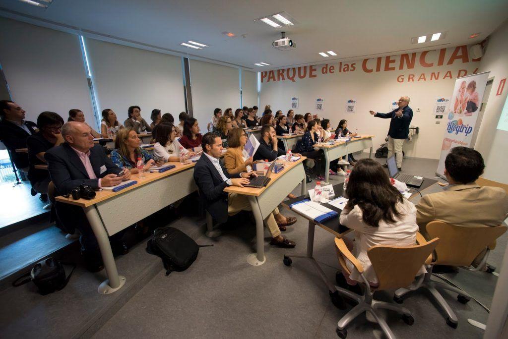 Escuchando las charlas en la Casa de las Ciencias de Granada