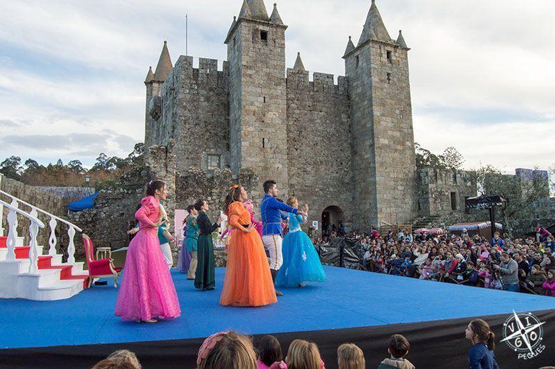 Musical de la Cenicienta delante del castillo de Perlim