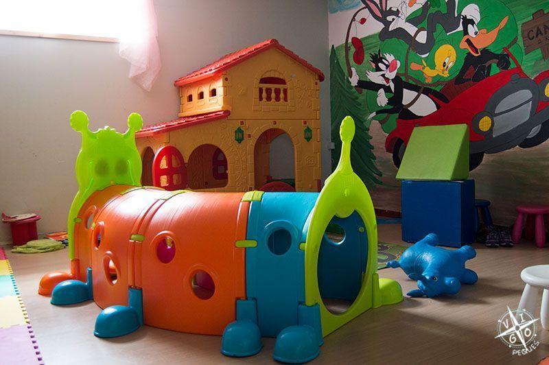 Gusano tunel y casita del parque infantil de Colher de Pau