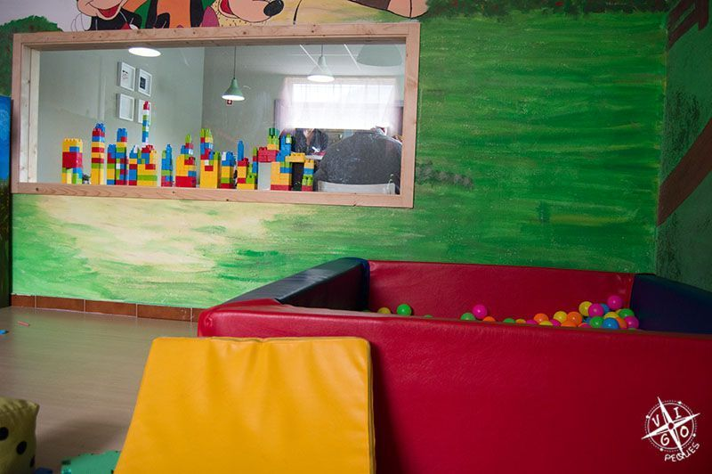 Ventana que comunica el comedor con el parque infantil