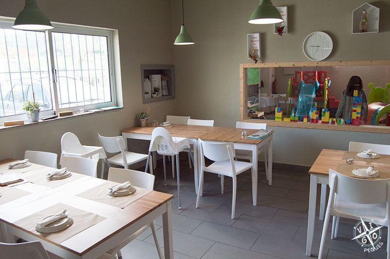 Comedor comunicado por una ventana con el parque infantil en el restaurante Colher de Pau