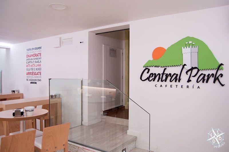 Frase motivadoras en la pared de la cafetería Central Park de Baiona