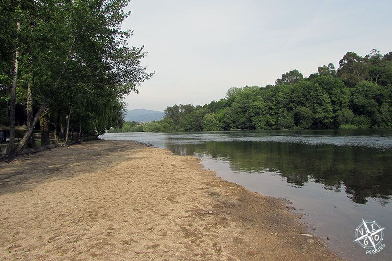 Playa fluvial del río Cávado a su paso por el Lago dos cisnes