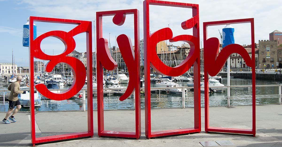 Cartel de Gijón en el puerto deportivo