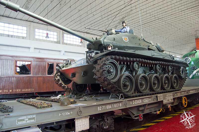 Tren Histórico de las Fuerzas Armadas, incluido un tanque