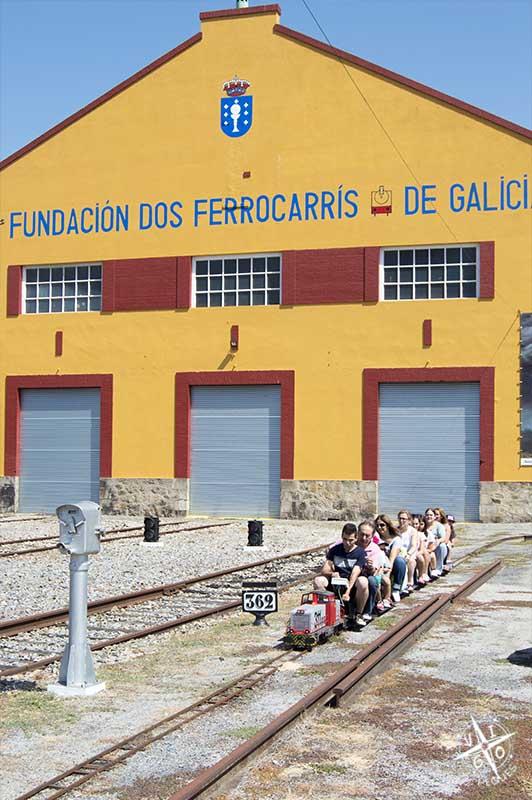 Fachada principal del museo del ferrocarril de galicia y el trenecito