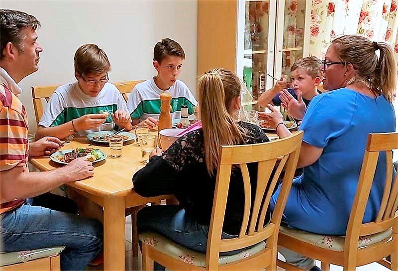 Los jóvenes residen con familias irlandesas