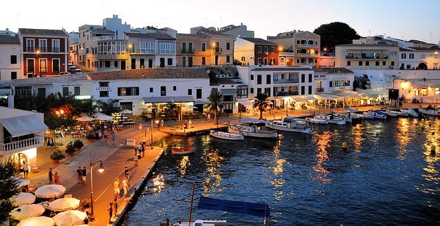 Tips para viajar con niños y alquilar coche en Menorca