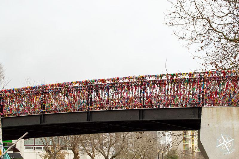 Lazos en el Puente do Laço, conocido por estar lleno de los lazos de amor